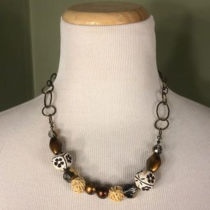 Women's necklace with beads